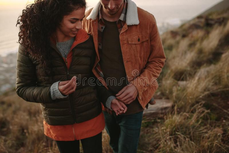 Pares românticos que caminham na fuga de montanha fotografia de stock royalty free