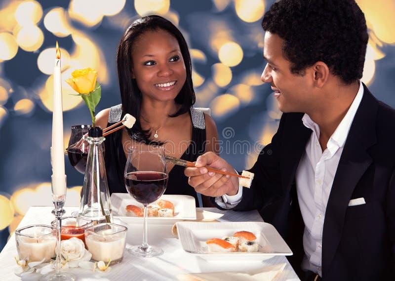Pares românticos que comem o sushi imagem de stock royalty free