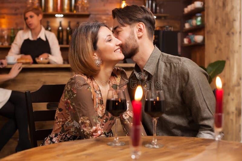Pares românticos que datam em um restaurante do vintage fotografia de stock