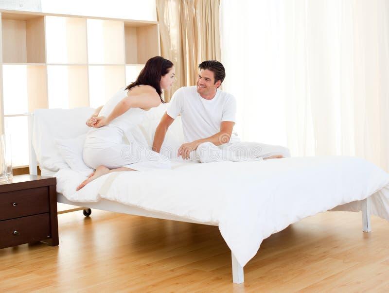 Pares românticos que encontram o teste de gravidez imagens de stock royalty free