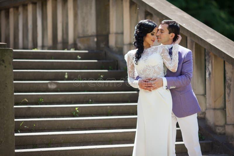 Pares românticos sensuais que abraçam perto das escadas velhas fotografia de stock