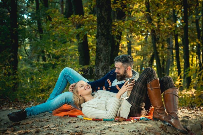 Pares rom?nticos da floresta do piquenique nos turistas do amor que relaxam na cobertura do piquenique Data rom?ntica na natureza imagem de stock