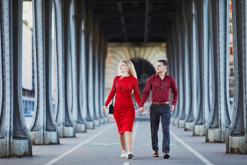 Pares rom?nticos que caminan en el puente Bir-Hakeim en Par?s, Francia imagenes de archivo