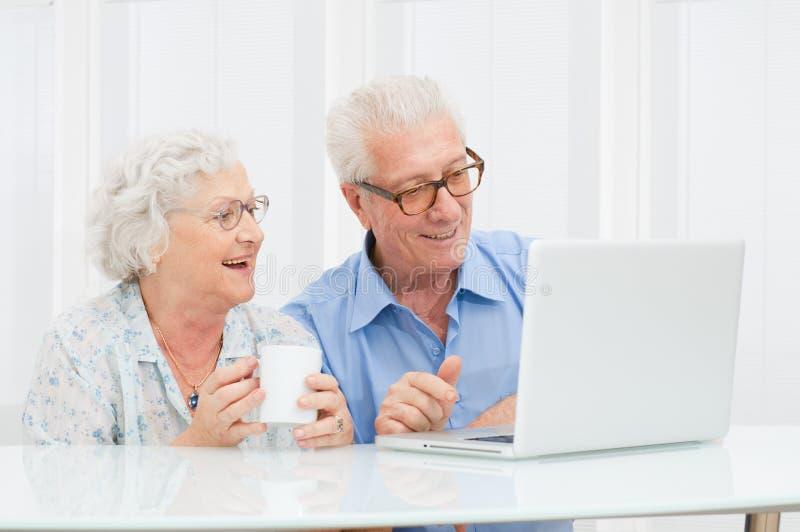 Pares sênior com computador