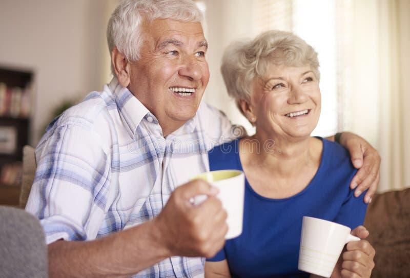 Pares sênior em casa foto de stock royalty free