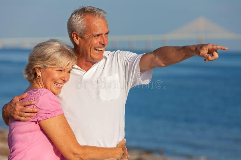 Pares sênior felizes em uma praia tropical foto de stock royalty free