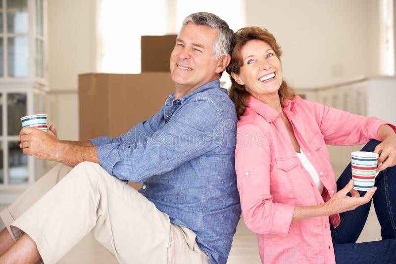 Pares sênior felizes na HOME nova foto de stock royalty free