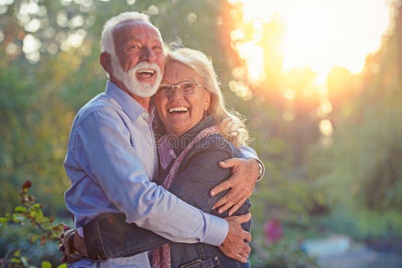 Pares sênior felizes no amor Parque fora imagens de stock royalty free