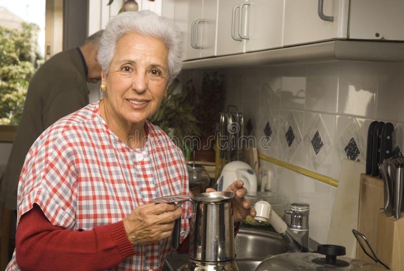 Pares sênior na cozinha fotografia de stock royalty free