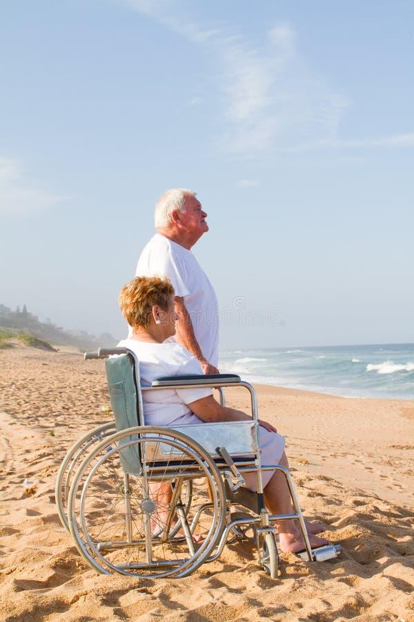 Pares sênior na praia imagens de stock royalty free