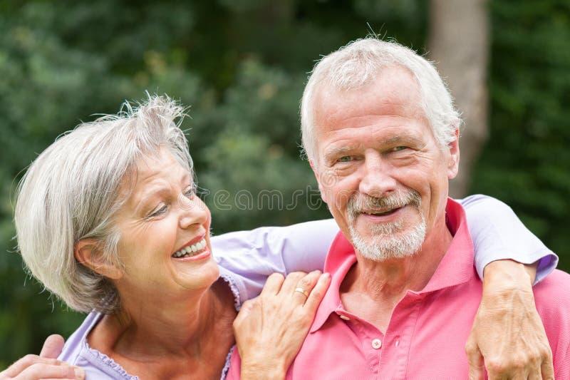 Pares sênior no amor fotografia de stock royalty free