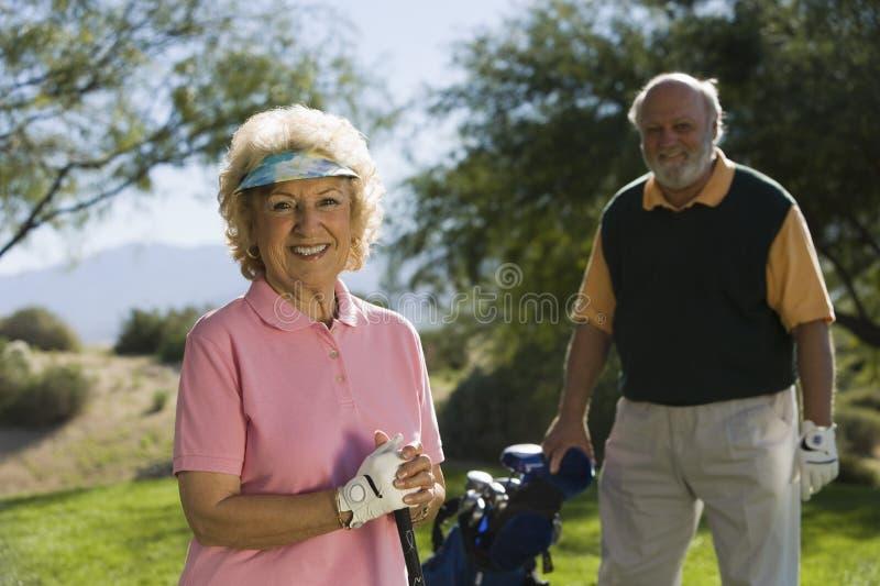 Pares sênior no campo de golfe imagens de stock royalty free