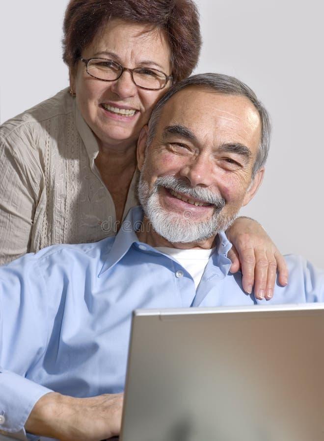 Pares sênior no portátil imagem de stock