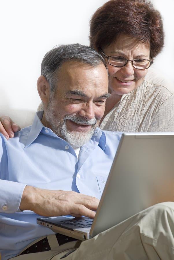 Pares sênior no portátil imagens de stock royalty free