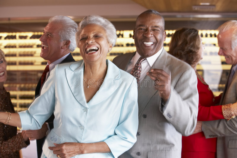 Pares sênior que dançam em um clube nocturno foto de stock royalty free
