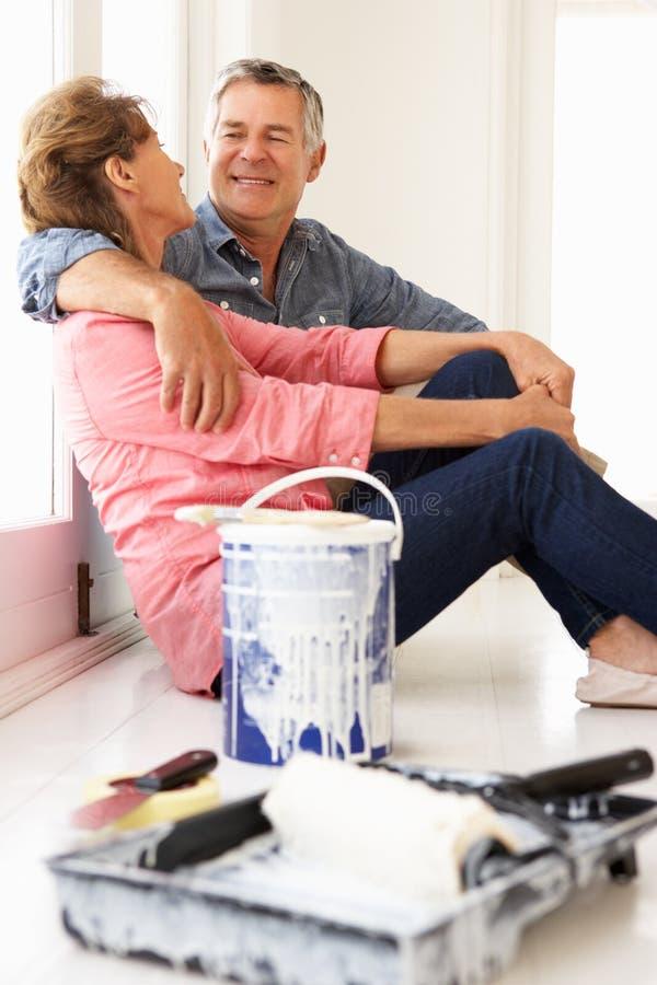 Pares sênior que decoram a casa imagens de stock royalty free