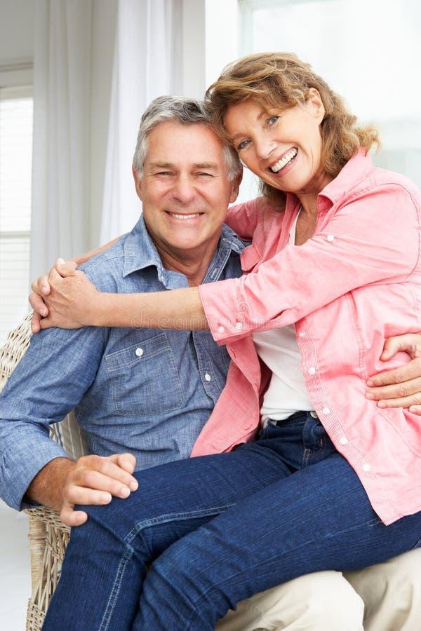 Pares sênior que relaxam em casa imagens de stock royalty free