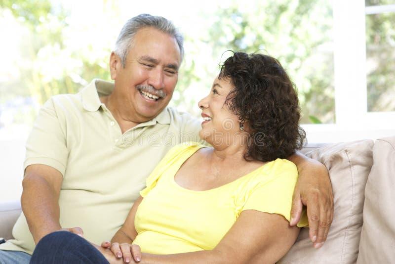 Pares sênior que relaxam em casa junto foto de stock royalty free