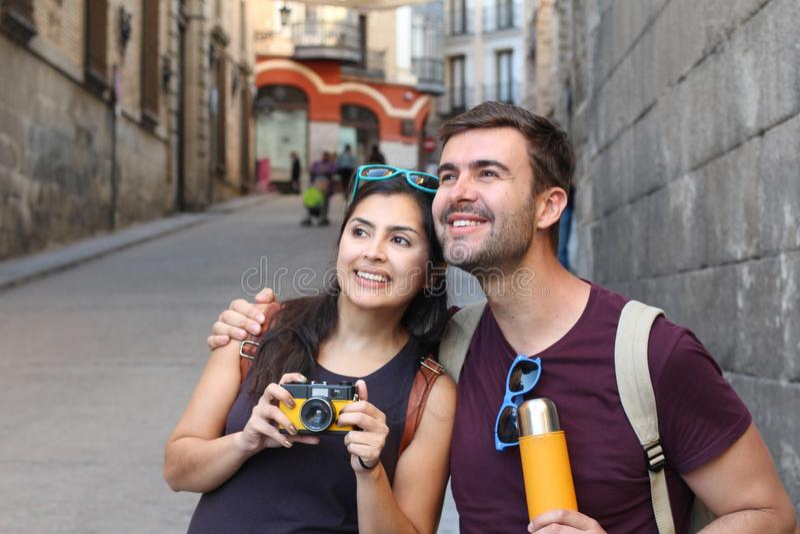 Pares saudáveis que apreciam a viagem junto fotografia de stock