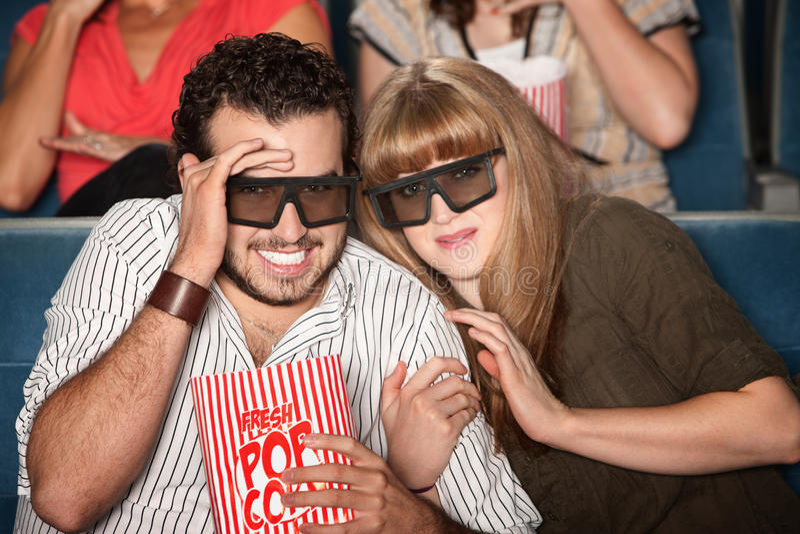 Pares Scared com vidros 3D imagens de stock royalty free
