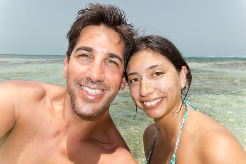 Pares Selfie no oceano foto de stock royalty free