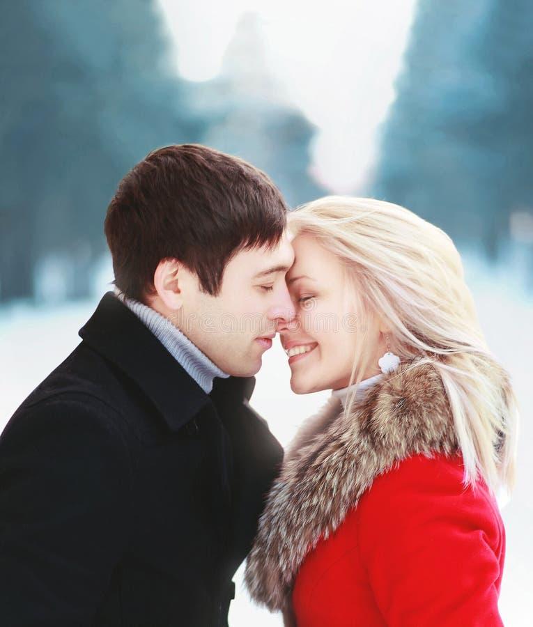 Pares sensuais felizes bonitos no amor no dia de inverno ensolarado frio fotos de stock