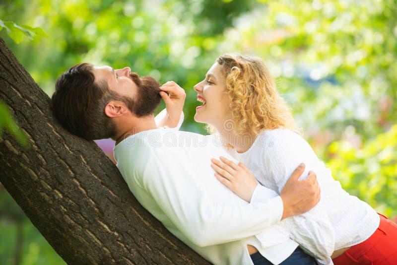 Pares sensuais que obtêm mais perto da sensação cada outro bordos Eu te amo Homem apaixonado que beija delicadamente a mulher bon imagens de stock