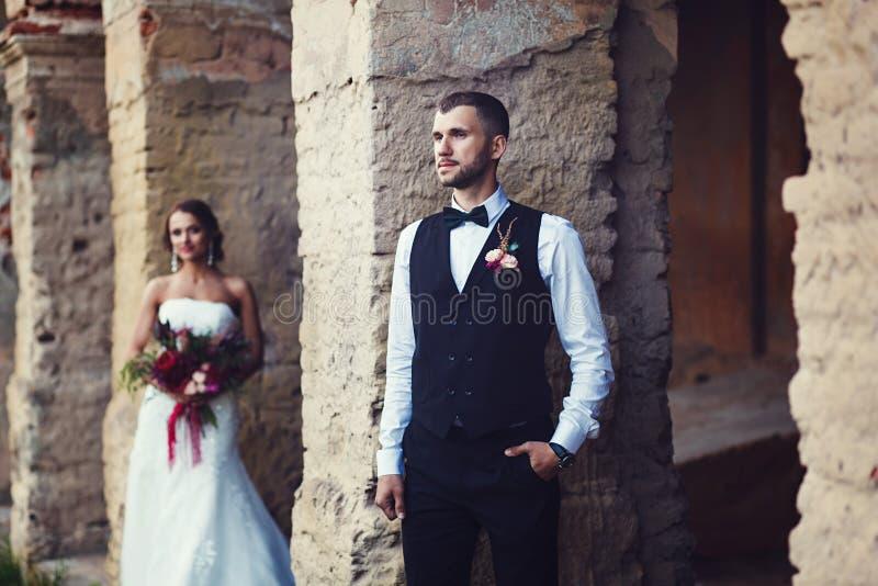 Pares sensuales de la boda imagenes de archivo