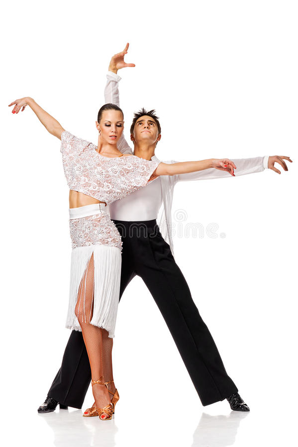 Pares sensuales del baile de la salsa que hacen un movimiento de la danza y que presentan para imágenes de archivo libres de regalías