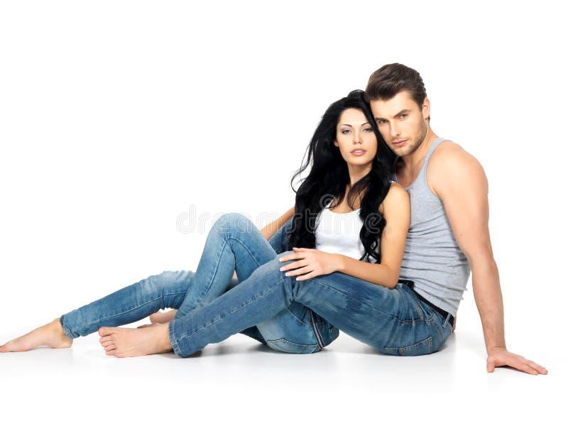 Pares 'sexy' bonitos no amor imagem de stock royalty free