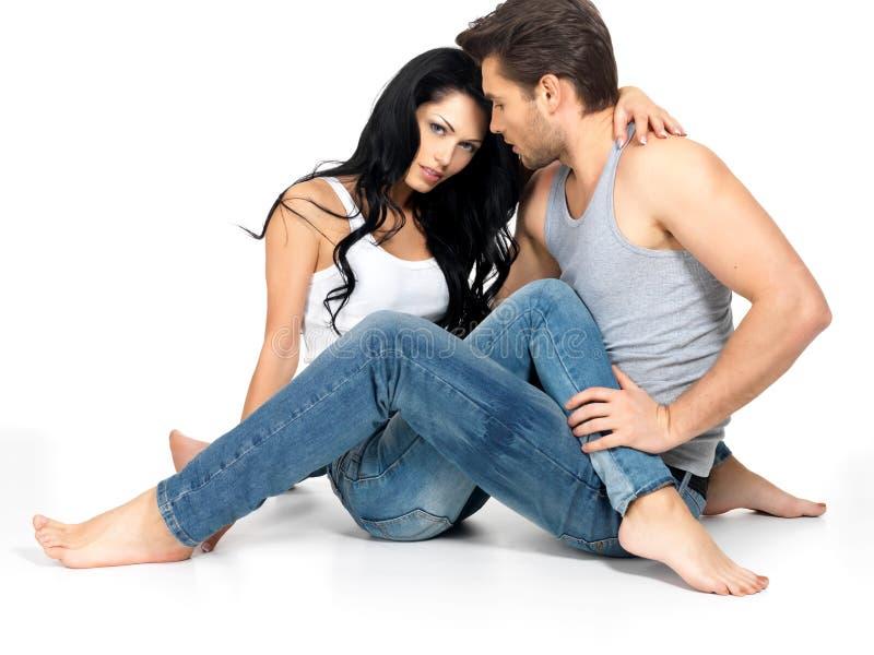 Pares 'sexy' bonitos no amor fotos de stock royalty free
