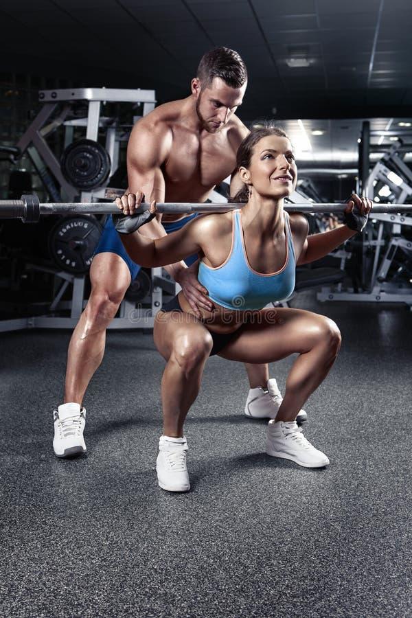 Pares 'sexy' desportivos novos bonitos no gym imagem de stock