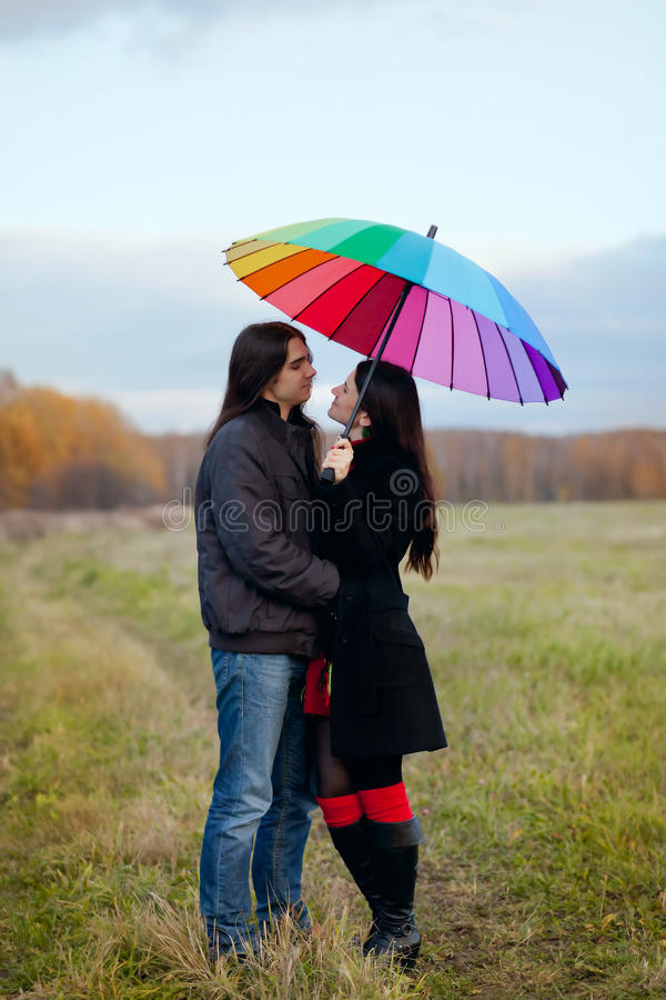 Pares sob o guarda-chuva fotos de stock