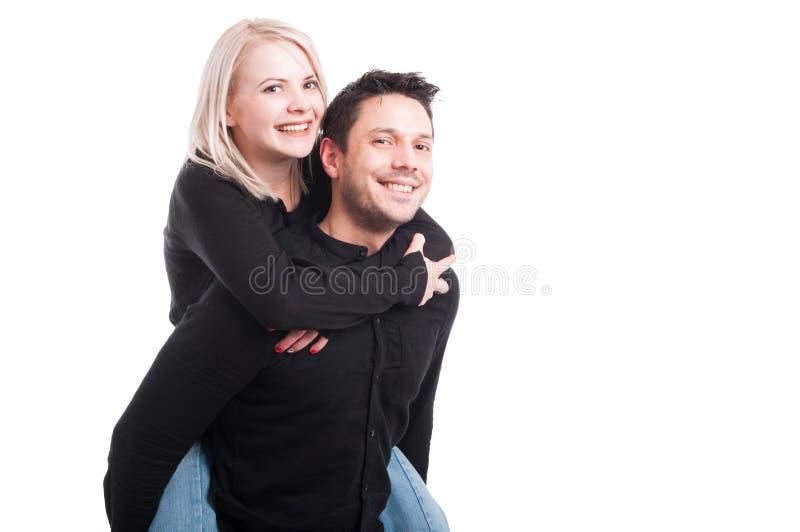 Pares sonrientes alegres en el abrazo del amor foto de archivo libre de regalías