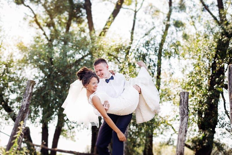 Pares sonrientes de la boda imagen de archivo libre de regalías