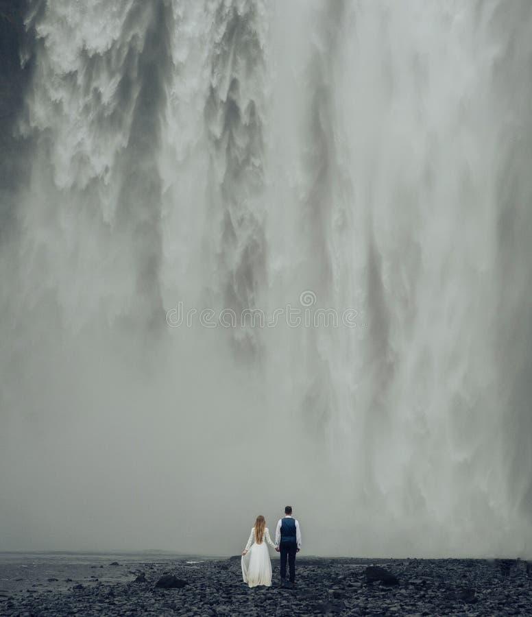 Pares sonrientes elegantes felices que caminan y que se besan en Islandia, encendido fotos de archivo libres de regalías
