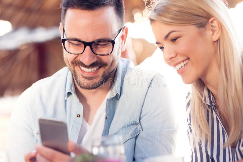 Pares sonrientes en cafetería imagen de archivo libre de regalías