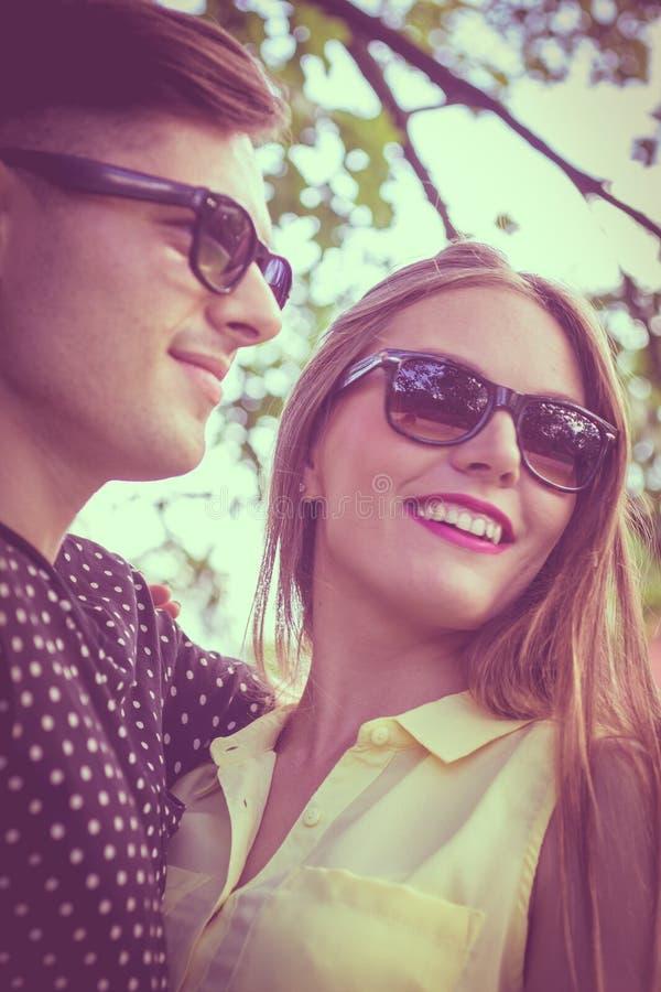 Pares sonrientes en parque imágenes de archivo libres de regalías