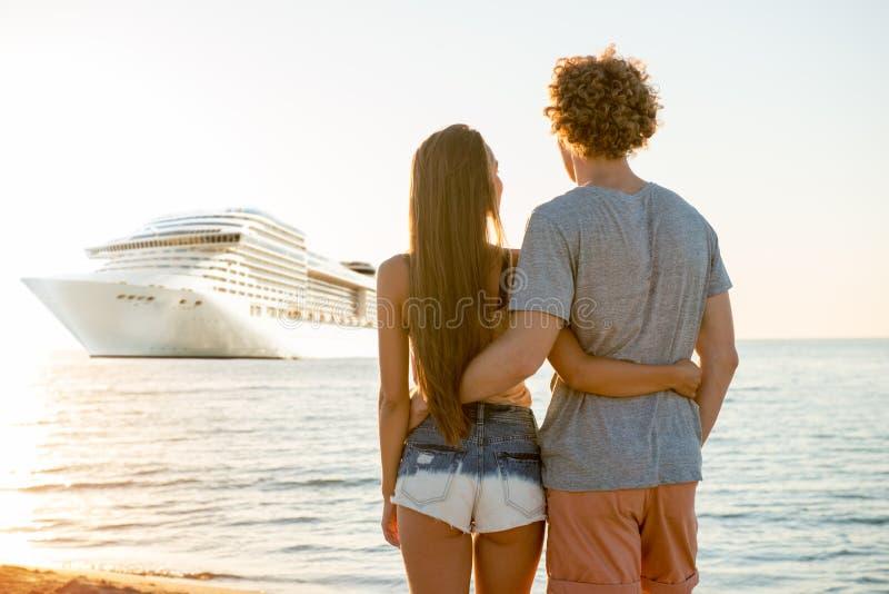 Pares sonrientes felices que viajan por cruiseship Concepto de día de fiesta y de verano fotografía de archivo libre de regalías