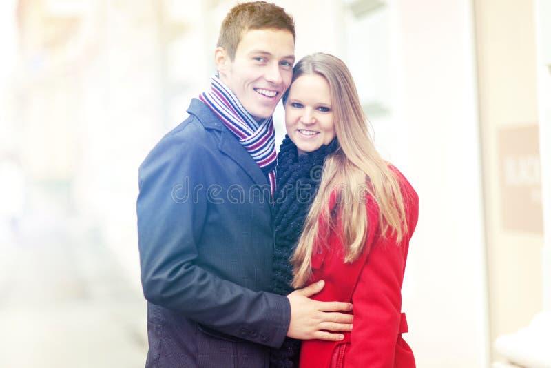 Pares sonrientes jovenes que celebran día de San Valentín imagen de archivo libre de regalías