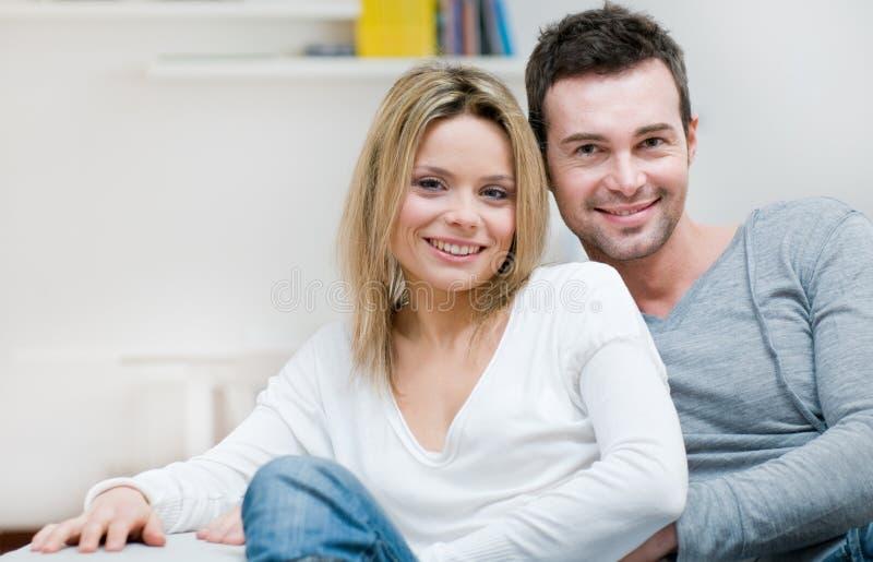 Pares sonrientes jovenes serenos foto de archivo libre de regalías