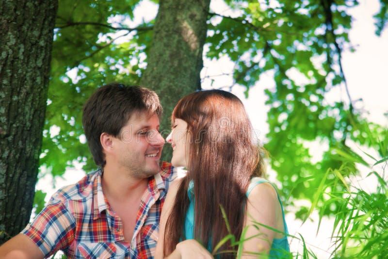 Download Pares Sonrientes Que Descansan Cerca De Un árbol Imagen de archivo - Imagen de amor, enamorado: 42438129