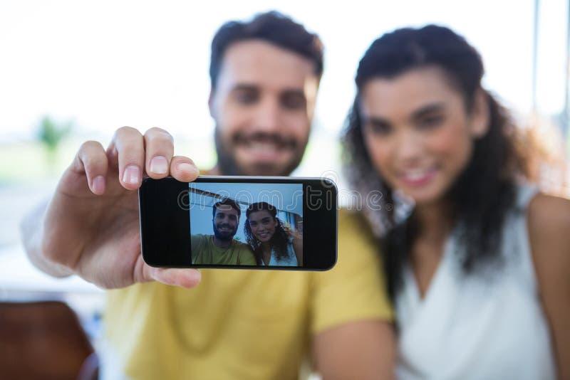 Pares sonrientes que toman un selfie fotos de archivo libres de regalías