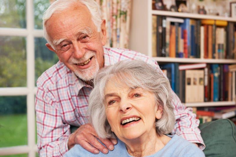 Pares superiores afetuosos em casa junto fotos de stock