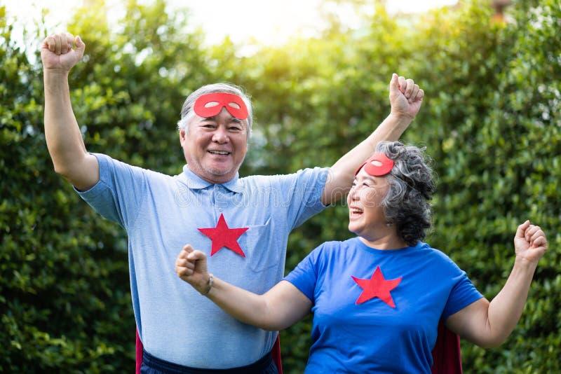 Pares superiores asiáticos no traje do super-herói fotografia de stock royalty free
