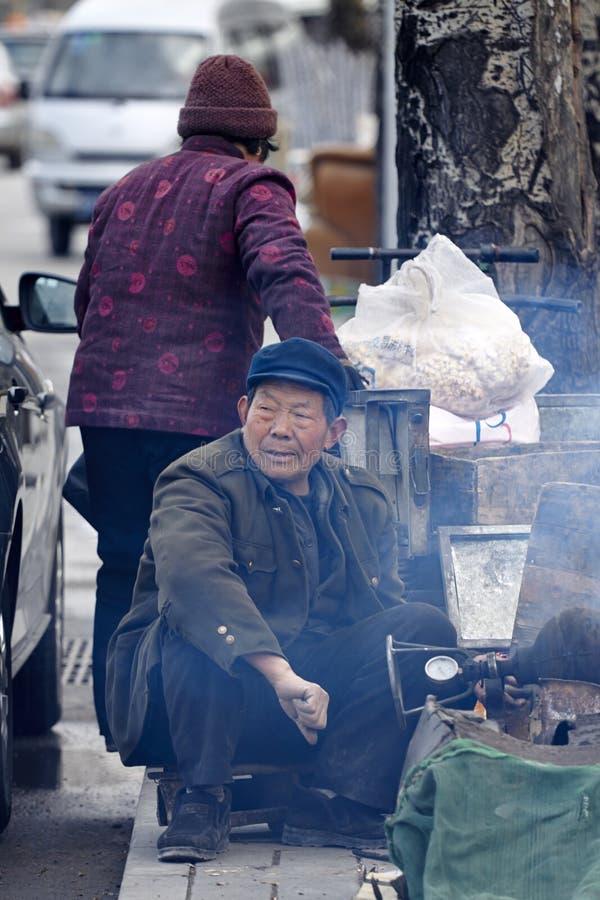 Pares superiores chineses que fazem a pipoca fotografia de stock royalty free