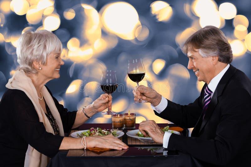 Pares superiores em um restaurante foto de stock royalty free