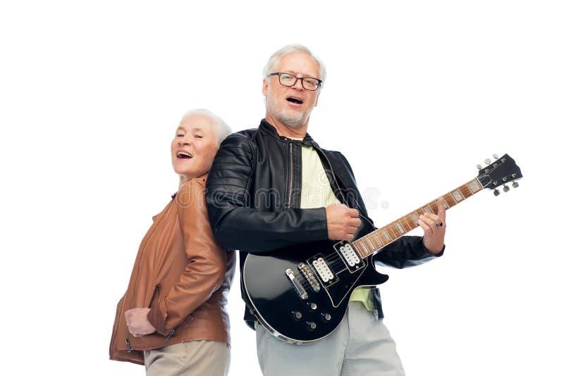 Pares superiores felizes com a guitarra elétrica que canta imagens de stock royalty free