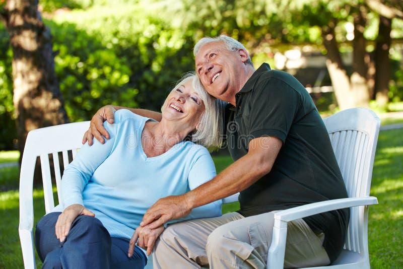 Pares superiores felizes em um jardim fotos de stock royalty free