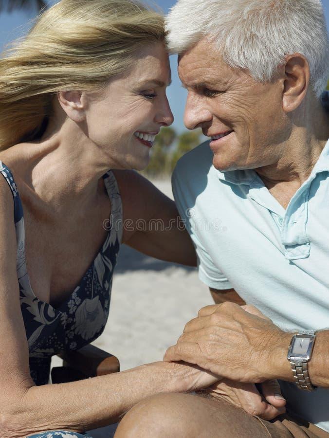Pares superiores felizes na praia tropical foto de stock